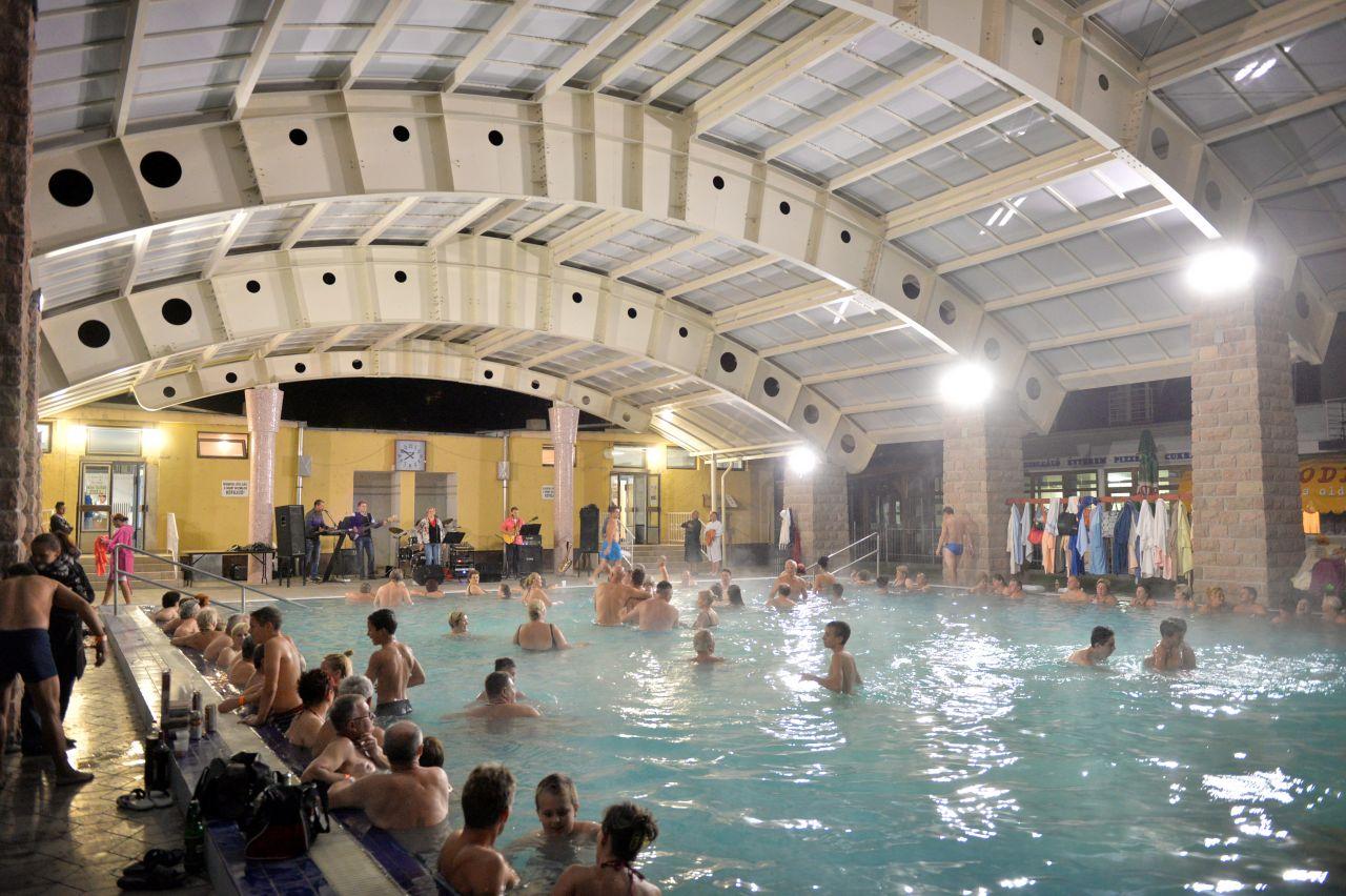 Szüreti Medencebál, éjszakai fürdőzészés